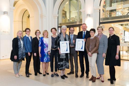 Preisverleihung 2018: Die Vertreterinnen der Hamburger Zonta Clubs mit Vertretern der Preisträger von NDR und Bucerius Law School sowie der Handelskammer.