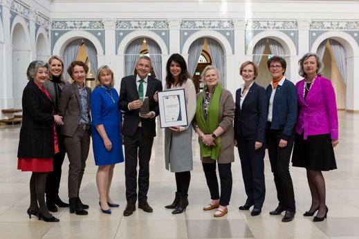 Preisverleihung 2017: Repräsentanten der fünf Hamburger Zonta Clubs, der Helga Stödter Stiftung und der Handelskammer Hamburg zusammen mit den Vertretern des Preisträgers Gruner+Jahr