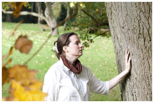 Birgit Schimkus, in Kontakt mit einer Eiche