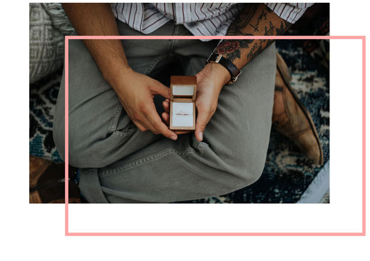 Photo d'un homme assis avec une boîte ouverte contenant une bague, représentant la demande en mariage, proposée par Daydream Events, organisatrice de mariage