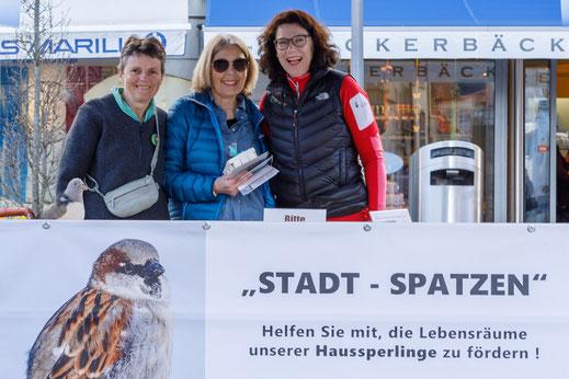 Standaktion des Spatzenprojekts im April 2018 auf dem Fronwagplatz Schaffhausen, mit Kathrin Rentsch, Brigitte Girsberger und Jutta Häller (von links). Foto: Stephan Trösch