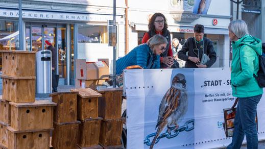 Der Stand auf dem Fronwagplatz fand reges Interesse und alle 40 Nistkästen wurden verkauft. (Foto: Stephan Trösch)