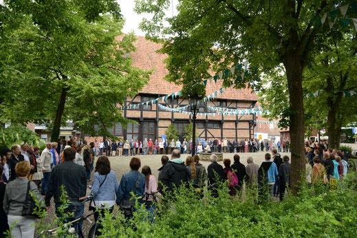 etwa 200 Menschen versammelten sich am Sonntagmittag, 19. Juni 2016, vor der Alten Post in Stewwert