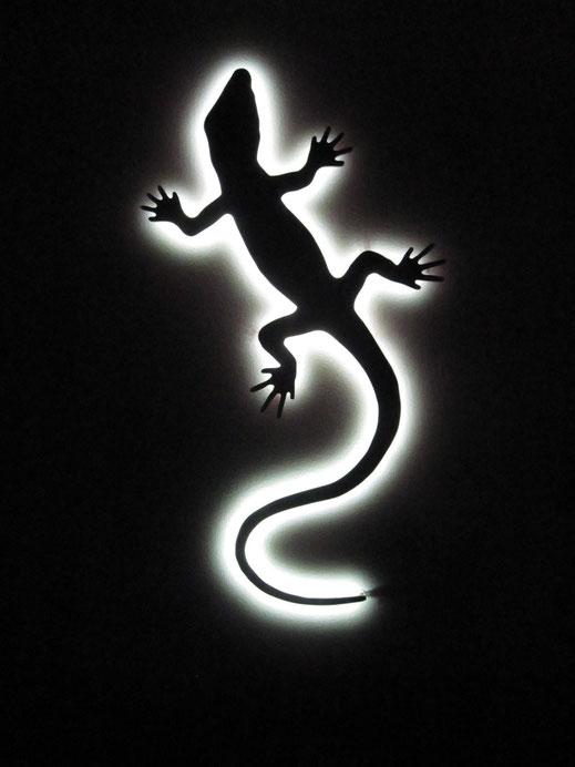 Nachtwirkung eines Logos mit Corona Effekt