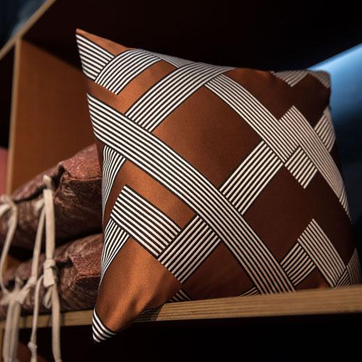 Aus Textilkollektionen namenhafter Hersteller fertigen wir individuelle Kissen, Bankauflagen, Stuhlkissen an, die es so am Markt nicht gibt.