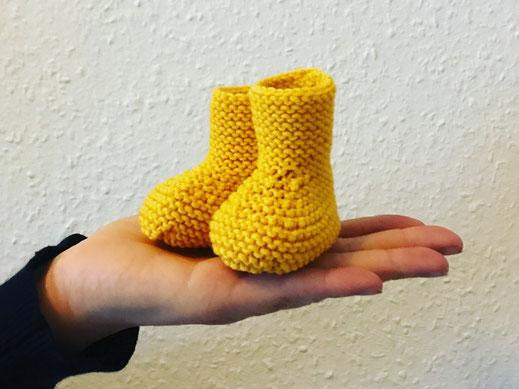 gelbe Strickschühchen für babys