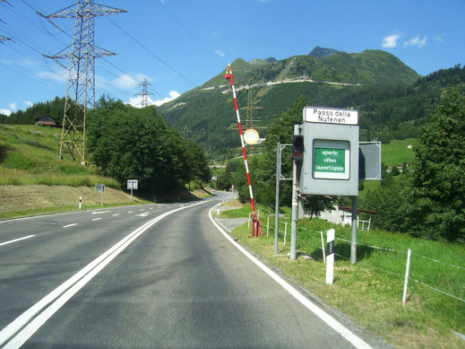 Begin van de Nufenenpasweg in Airolo.