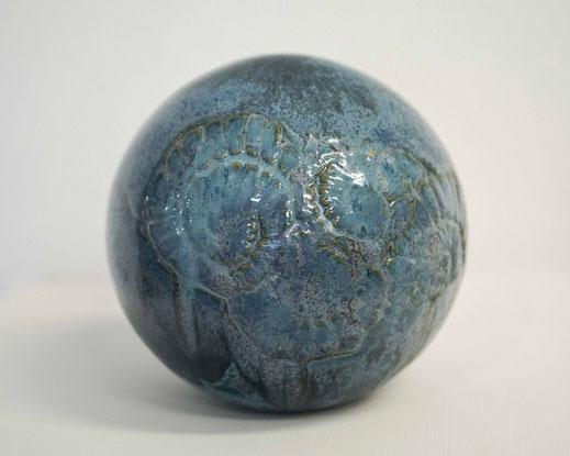 Keramikkugel in blau für den Garten