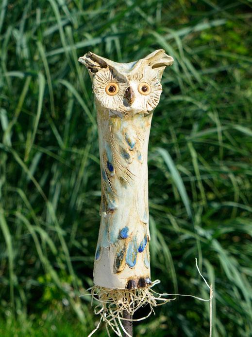 Keramikeule mit Ziergräser im Garten