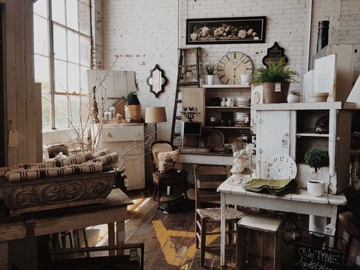 antike gegenstände-hocker-stühle-schränke-lampen-rahmen-uhren in einem raum