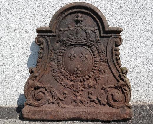 Bild: Eine sehr gut erhaltene Kaminplatte aus dem 18. Jahrhundert vor der Restaurierung: Wappen des französischen Königshauses der Bourbonen