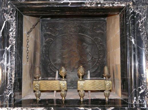"""Bild: Kaminplatte """"Leda und der Schwan"""" als Schutz der Rückwand eines antiken Kamins. Die Spuren des Feuers sind deutlich zu sehen."""