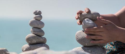 Stell das Gleichgewicht wieder her zwischen Stress und Entspannung. Entspannungstipps um schnell und effizient Stress abbauen, Antistress Tipps und Tipps zur Stressbewältigung, resilienter werden, Resilienz steigern.