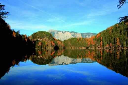 Der Piburger See im Ötztal im Herbst.