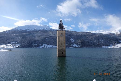 Der Kirchturm von Graun am Reschensee.