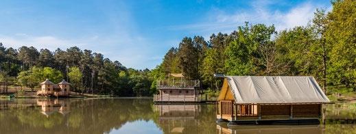 Tente flottante voguant sur l'étang