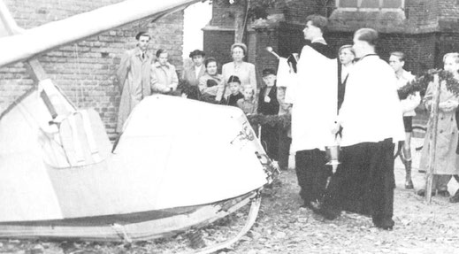 1952: Eine SG38 bekommt bei der Flugzeugtaufe ihren kirchlichen Segen
