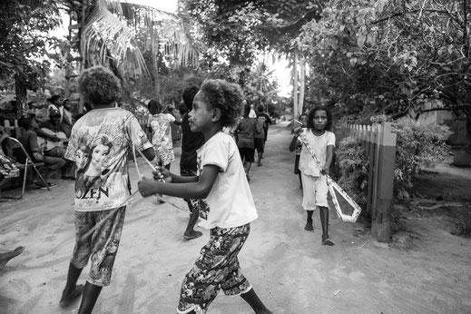 Kinder in Raja Ampat üben für einen ihrer traditionellen Tänze