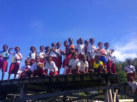 Die Kinder winken uns zum Abschied vom Dorfsteg aus zu