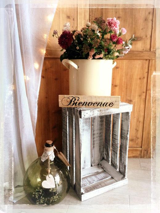 caisse à pomme Dame Jeanne panneau bienvenue marmite émaillé paravent double en bois rideau blanc