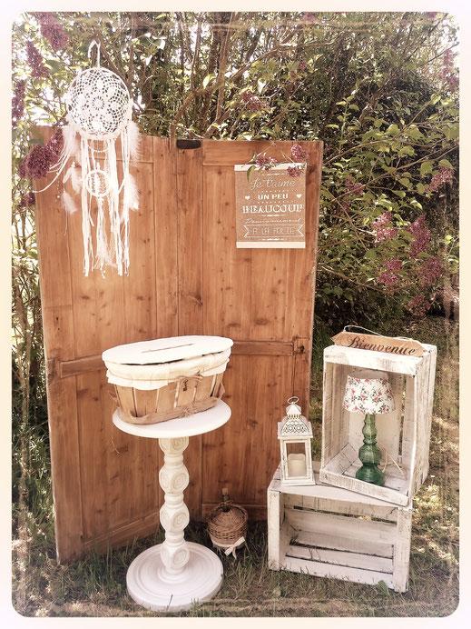 paravent 2 portes en bois caisses à pommes blanche  attrape rêves blanc urne de mariage cadre toile romantique lampe vintage guéridon blanc panneau