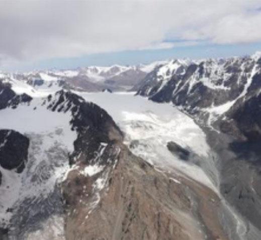 Au Nord du Kungueï, le pic frontalier Gora EshenBulak (4853 m) et son col glaciaire.