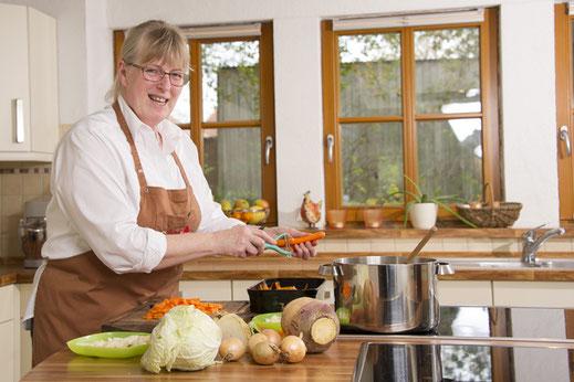 Marianne Jahn-Bärhold in der Lehrküche des Seminarhauses bei der Vorbereitung eines Kochabends.