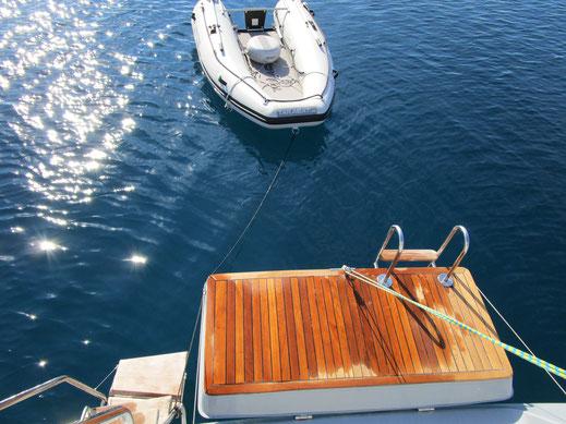 Heck des treibstoffsparenden Trawlers mit Platz für das Dinghy