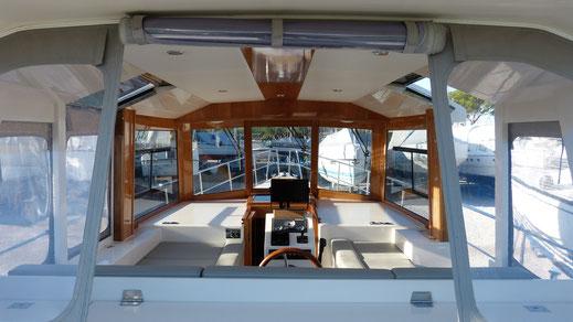 Deckshaus mit Solaranlagen im treibstoffsparenden Verdränger-Motorboot