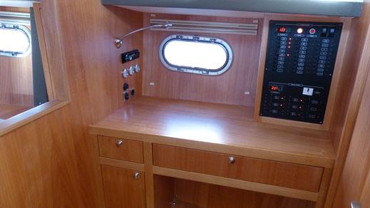 Blick auf den Kartentisch und Elektronik-Schaltschrank im modernen Verdränger-Motorboot