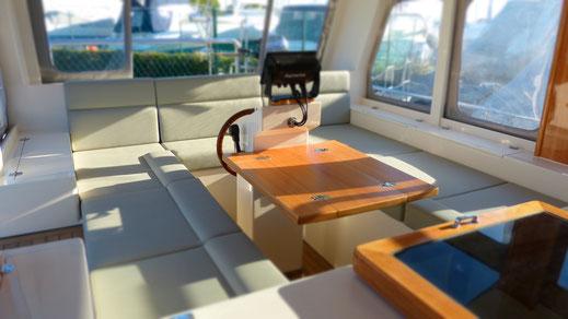 Steuerstand und Klapptisch im großzügigen Cockpit des treibstoffsparenden Trawlers