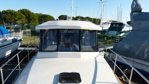 Asymmetrical deckhouse with wide passage on the starboard side