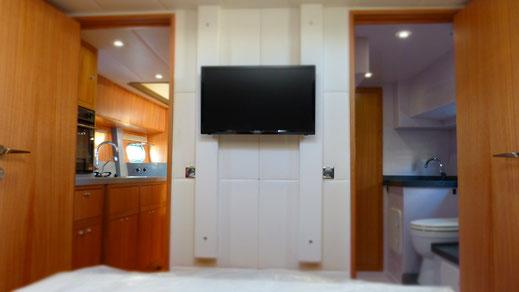 Blick aus der Achterkajüte modernen Trawlers in Richtung Bad und Küche