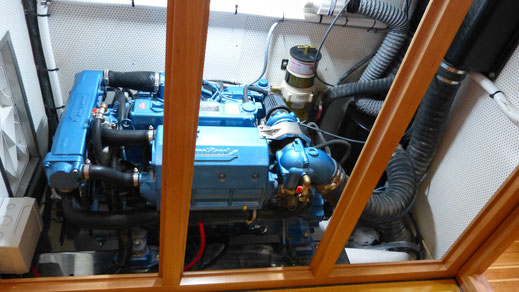 Fuel efficient marine engine under the cockpit, like it is common in a center cockpit yacht