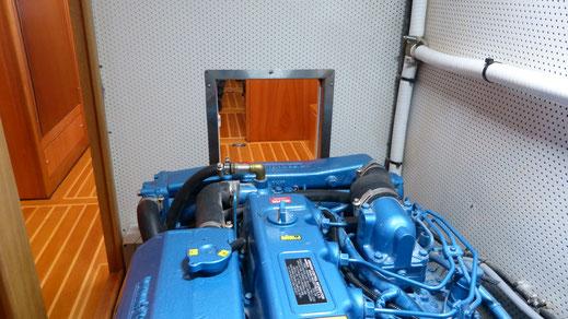Maschine im modernen Verdränger-Motorboot ist von allen Seiten zugänglich