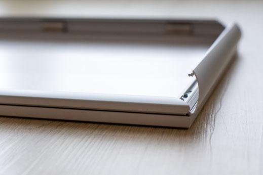 Rahmentiefe 18 mm, die Klapprahmentechnik ermöglicht einen leichten Bildwechsel von vorne