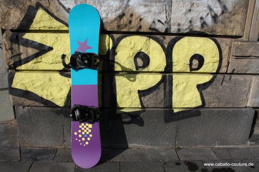 Snowboard upcycling; Pimp up your Snowboard; Snowboard mit Folie bekleben
