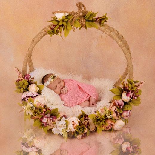 newborn in versierde mand