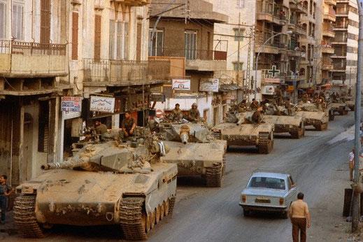 """Colonne de Merkava stationnée à Beyrouth lors de l'opération """" Paix en Galilée """""""