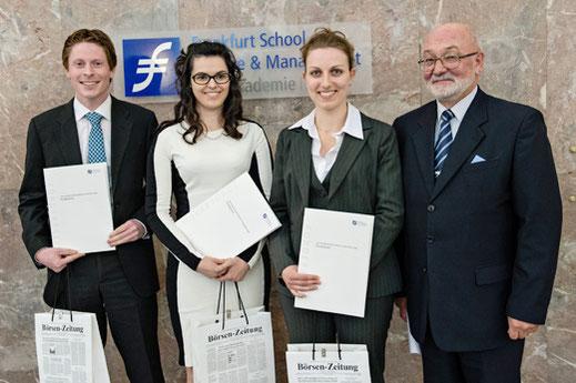 Martin Kreyson (1. Platz), Julia Kranes (2. Platz) und Sandra Falk (3. Platz) mit Klaus J. Elsner