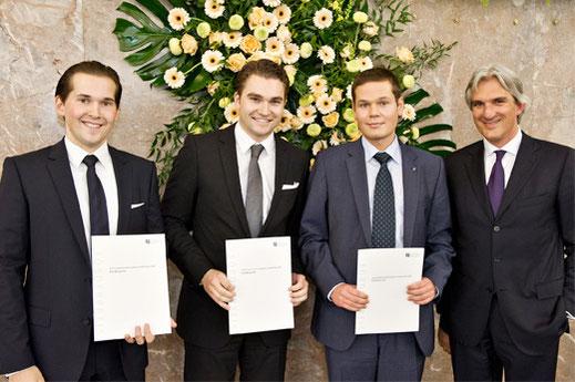 Die Preisträger (v.l.n.r.) Daniel Lucke, Bastian Schiedat, Michael Lang mit Tilmann Wittershagen (ganz rechts)