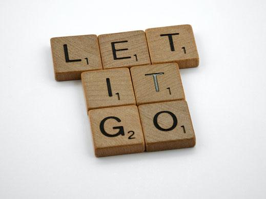 Holzplättchen mit dem Text Let it go, als Aufforderung mit der Systemischen Beratung zu beginnen