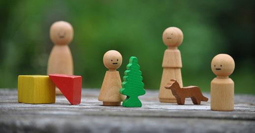 Aufstellung mit Holzfiguren als Symbol für Superversion für Einzelne und Gruppen
