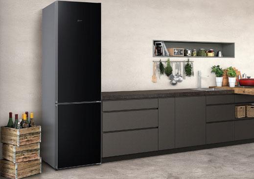 Frigorífico combinado de NEFF con puertas en acabado de pizarra negra. Tecnología NoFrost. MultiAirFlow en frigorífico y congelador. A+++