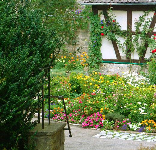 Mit solcher Gartenpracht wird garantiert belohnt, wer immer alle Bauern- und Wetterregeln penibel beachtet ...  :-))