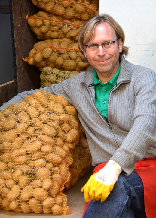 """Herbert Ferres weiß viel über die Kartoffel zu erzählen –zusammen mit dem Autor sogar in Schulklassen. Ferres setzte sich zusammen mit Kollegen für die Rettung der Sorte """"Linda"""" ein."""
