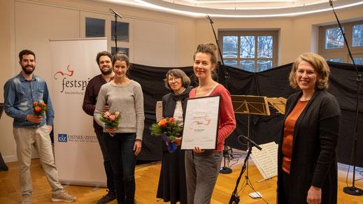 Das Aris Quartett mit Stifterin Dorothea Hennigs-Holtmann (mitte) und Intendantin Ursula Haselböck (rechts)