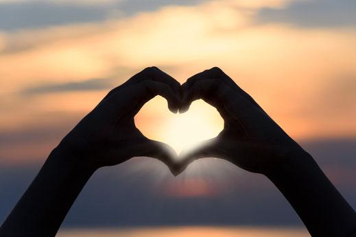 Bild Hände formen ein Herz