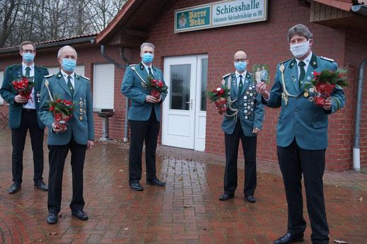 Vor der Schießhalle treffen sich Hüder schützen zum Jahresende - mit Mundschutz und Weihnachtsstern.