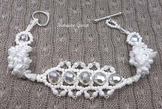 photo-bracelet-createur-tisse-blanc-mariage-entier-fond-tissus-taupe